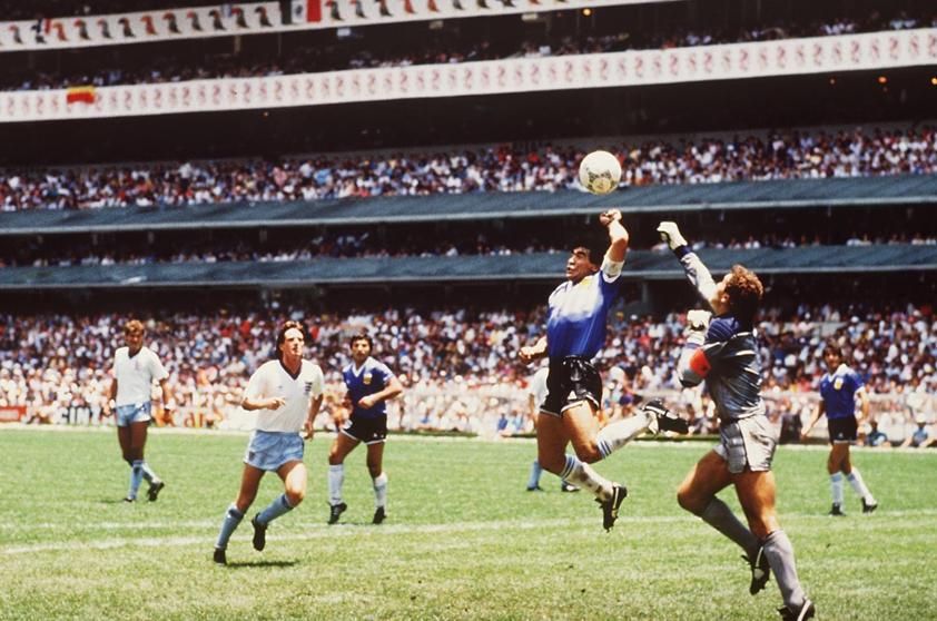 """Imagen histórica del deporte. """"La mano de Dios"""" de Diego Armando Maradona en el partido de cuartos de final del mundial de futbol México 86. La mano culminó en el gol con el cual Argentina eliminó a Inglaterra del torneo, el astro argentino admitió, muchos años después, que en efecto había tocado el balón con la su mano izquierda. La foto cobró relevancia en ese año en el cual ambos países se enfrentaban por las islas Malvinas. (Foto Prensa Libre: Hemeroteca PL)."""