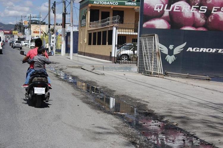 Entre los kilómetros 52 y 54 de la ruta Interamericana, Chimaltenango, las aguas servidas corren a flor de tierra.(Foto Prensa Libre: Víctor Chamalé)