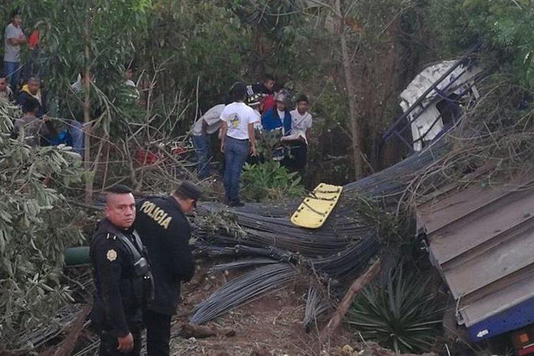 Un camión quedó destruido este viernes en Cuilapa, Santa Rosa, donde se reportó la muerte de una persona. (Foto Prensa Libre: Oswaldo Cardona)