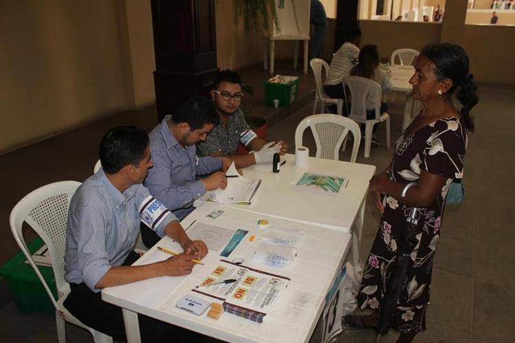 Una vecina de Quesada participa en consulta sobre proyectos mineros. (Foto Prensa Libre: Óscar González)