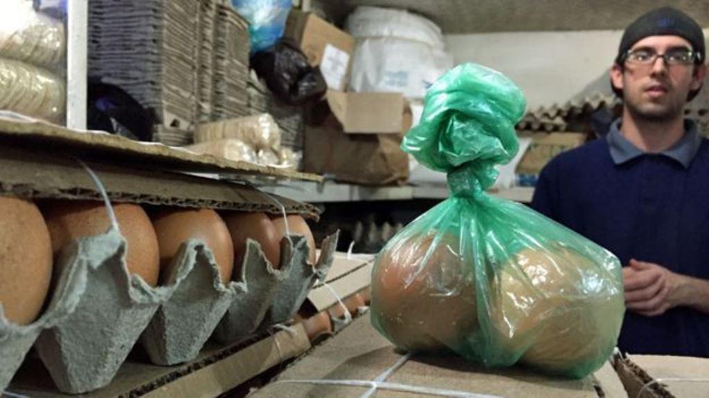 En un país donde lo normal era comprar los huevos por cartón (dos docenas) se ha vuelto usual comprar por unidad. DANIEL PARDO / BBC MUNDO