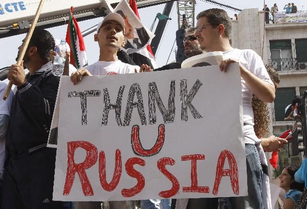 Partidarios del gobierno sirio muestran su apoyo a Rusia.(Foto Prensa Libre:AP)