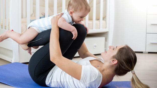 Incorporar al bebé a la rutina de ejercicios no sólo beneficiará a la mamá, también repercutirá positivamente en el niño. (Foto, Thinkstock)