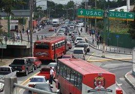 Casi un millón de automóviles circulan a diario en el campus central de la Universidad de San Carlos, lo que provoca atascos.(Foto Prensa Libre: Estuardo Paredes)