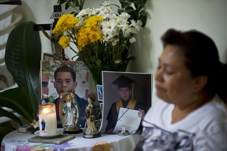 Doris García Cardona , madre del policía Juan David Marmolejo , llora durante su funeral en Cali, departamento del Valle del Cauca , Colombia , el 14 de junio de 2015. (Foto Prensa Libre: AFP).