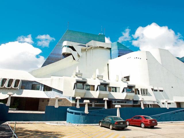 El Teatro Nacional —obra del maestro Efraín Recinos— se viste de gala para celebrar su aniversario.