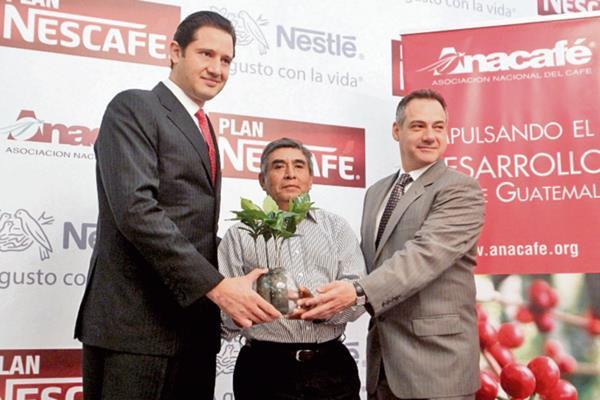 Directivos de Nestlé y Anacafé entregan la planta que recibirán los productores de café.