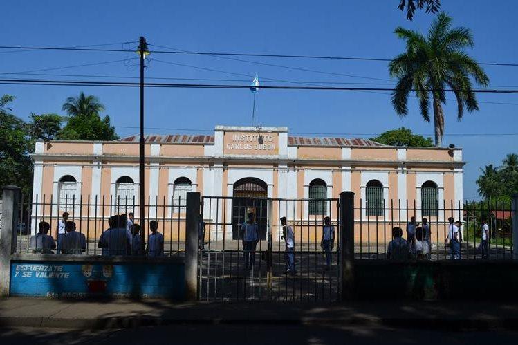 El instituto Carlos Dubón, ubicado en la zona 4 de Retalhuleu, alberga a unos 350 estudiantes de ciclo básico y diversificado. (Foto Prensa Libre: Jorge Tizol)