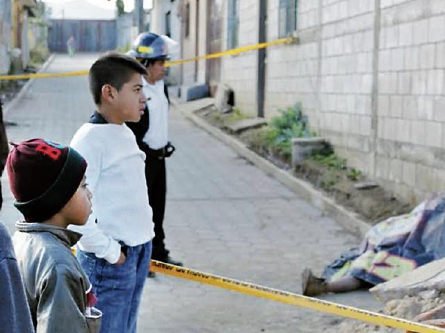 Niños observan el cadáver de Guillermo Alcántara, víctima del frío,  en  Parramos.
