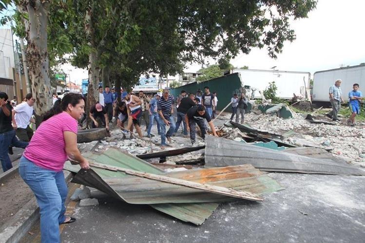 Vecinos de la colonia Eureka bloquearon el paso en el bulevar Venezuela en protesta por la demolición de una pared. (Foto Prensa Libre: Érick Ávila)