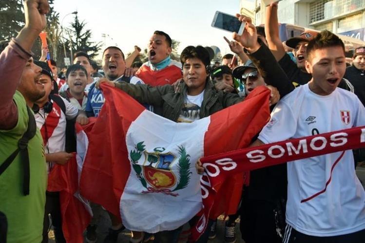 El gobierno peruano limitó las aglomeraciones de aficionados previo a los encuentros de futbol. (Foto Prensa Libre: Hemeroteca PL)
