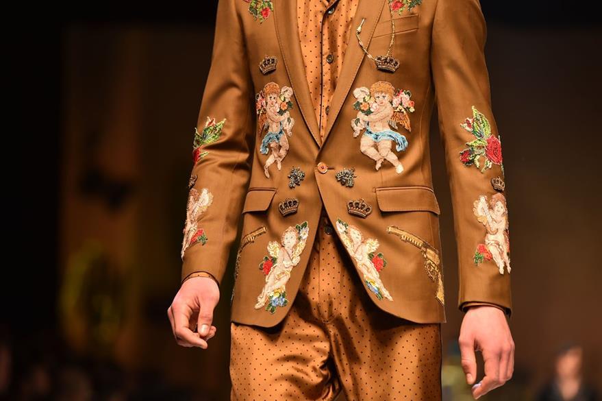 Los colores café y marrón, así como los bordados son parte importante de esta nueva línea. (Foto Prensa Libre: AFP).