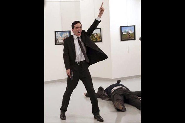 Fotografía de Burhan Ozbilici, considerada la mejor foto dle 2016 por el World Press Photo. Muestra los momentos después de que el agente de policía Mevlut Mert Altintas (i) disparase al embajador ruso en Turquía, Andrey Karlov (d, en el suelo), el 19 de diciembre de 2016. (Foto Prensa Libre. EFE)
