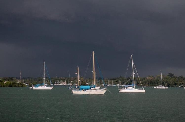 Impresionante fotografía que muestra el cielo amenazante y varias embarcaciones en Río Dulce. (Foto Prensa Libre: Dony Stewart)