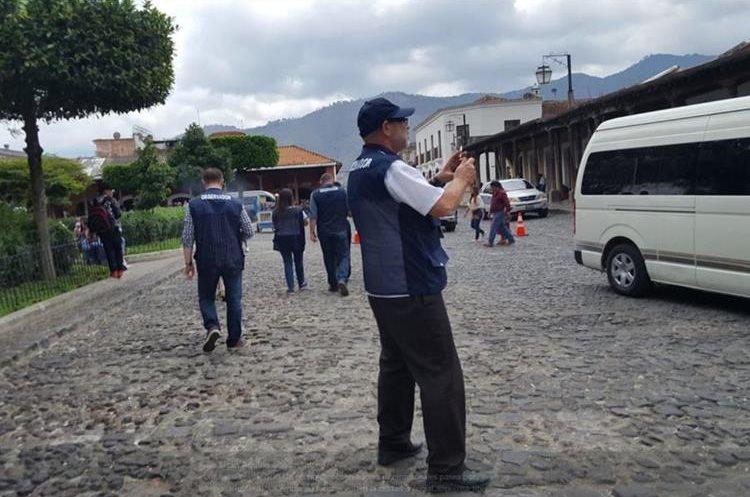Más de trescientos observadores vigilaron la Consulta Popular 2018, algunos de ellos recorriendo La Antigua Guatemala. (Foto Prensa Libre: Julio Sicán)