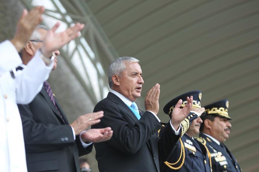 El mandatario aplaude los actos por el Día del Ejército en la Brigada Mariscal Zavala, junto a los altos mandos militares. (Foto Prensa Libre: Esbín García)