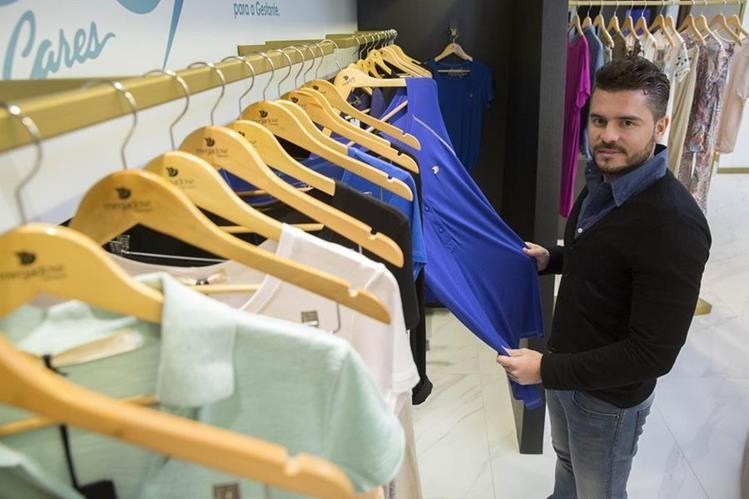 João Ricardo Esteves presentó la colección en una tienda en la ciudad de Sao Paulo de ropa en contra del Zika. (Foto Prensa Libre: EFE)