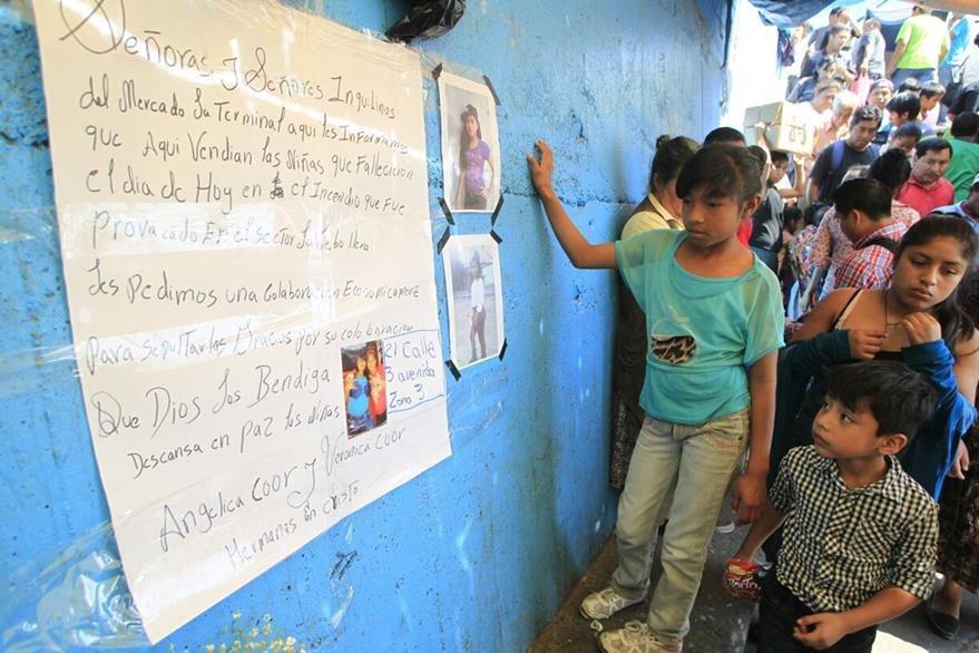 Inquilinos recolectan fondos para velorio de las menores (Foto Edwin Bercián)