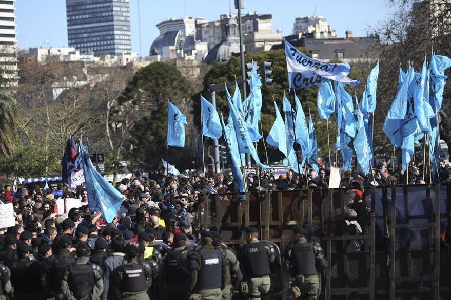 Centos de simpatizantes de la expresidenta Cristina Fernández, la acompañan durante su llegada a los tribunales. (Foto Prensa Libre: EFE).