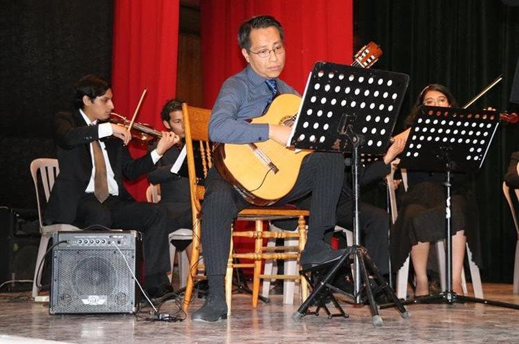 Luis Juárez Quixtán es un destacado guitarrista que vive en Francia (Foto Prensa Libre: María José Longo).