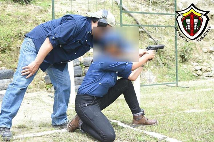 Una estudiante es adiestrada en el manejo de armas, una actividad prohibida por la ley. (Foto Prensa Libre)