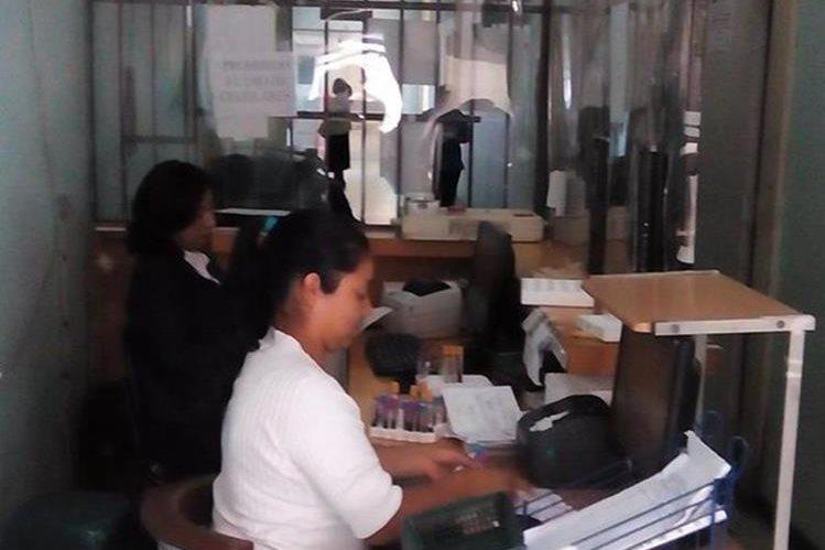 Los servicios en la consulta externa del HRO han sido reducidos a causa de la falta de recursos. (Foto Prensa Libre: María José Longo)