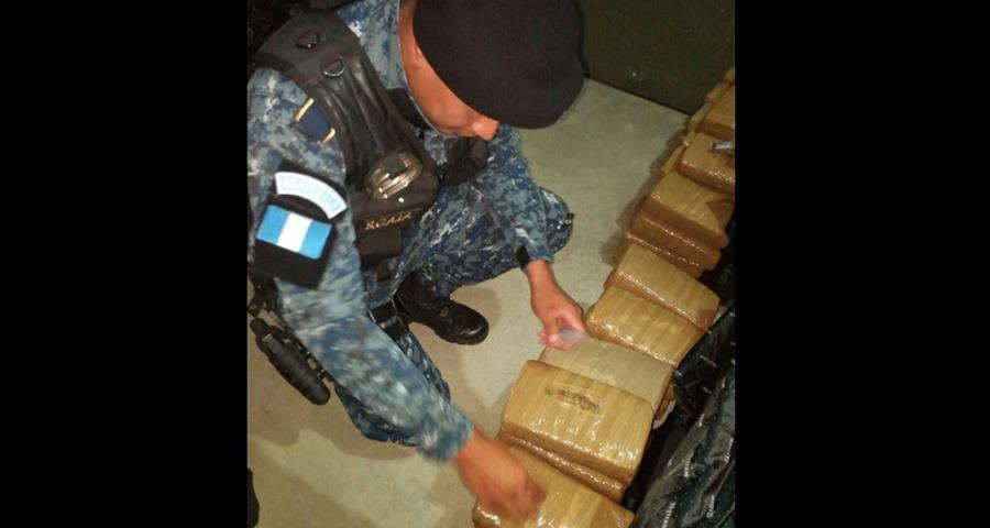 Agentes policiales de la subestación de Santa Elena, Flores, incautaron varios paquetes de marihuana. (Foto Prensa Libre: Rigoberto Escobar)