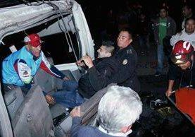 Socorristas rescatan  a un pasajero que quedó atrapado en un microbús, en accidente de tránsito El Tejar, Chimaltenango. (Foto Prensa Libre: Víctor Chamalé)