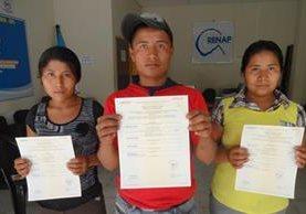 Integrantes de la familia González Bautista, de El Progreso, Jutiapa, obtienen sus documentos de identificación. (Fotos Prensa Libre: Cortesía Renap)