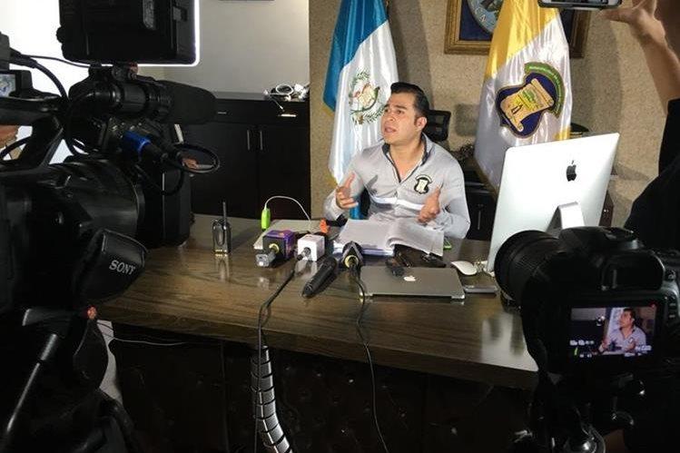 El alcalde de Mixco, Neto Bran, explica que la impresión de libros de Otto Pérez Leal fue por Q100 mil. (Foto Prensa Libre: cortesía)