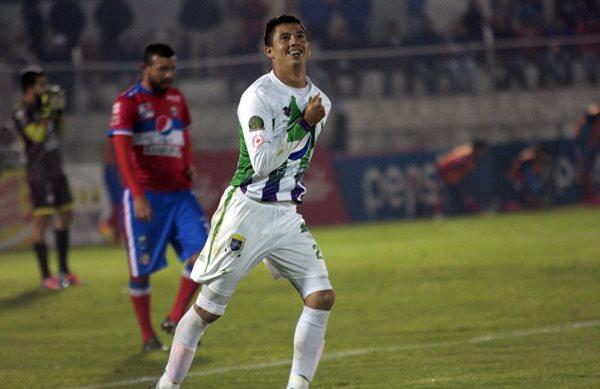 Alejandro Matías Díaz celebra su primer gol, ante el desconsuelo de los futbolistas quetzaltecos (Foto Prensa Libre: Carlos Ventura)