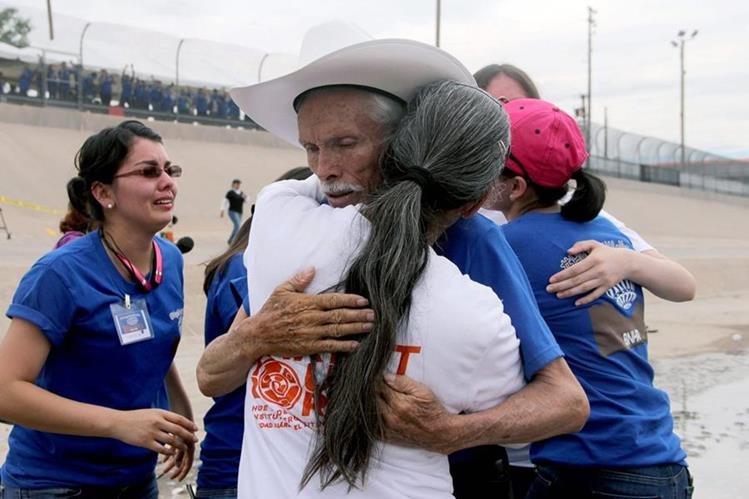 Un hombre abraza a una familiar a quien no veía durante años en al frontera sur de EE. UU. Por un lapso de 2 minutos, las autoridades estadounidenses permitieron el paso. (Foto Prensa Libre: AFP).