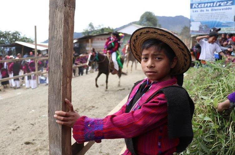 Un niño observa la carrera de cinta en San Juan Atitán, Huehuetenango.