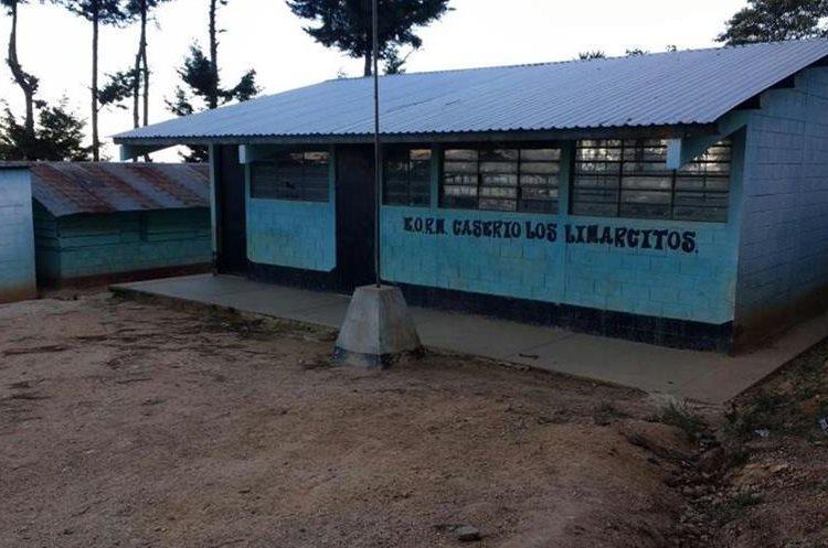 La auxiliatura de los Derechos Humanos hace verificaciones en comunidades de San Pedro Pinula, Jalapa, donde se reporta falta de maestros. (Foto Prensa Libre: Hugo Oliva)