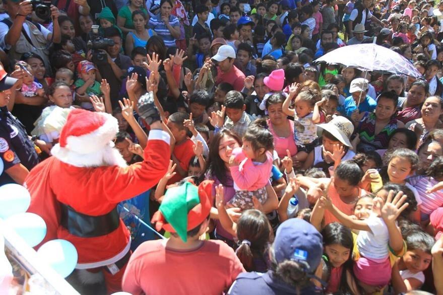 Niños reciben con alegría a Santa Claus que les entrega regalos. (Foto Prensa Libre: Esbin García)