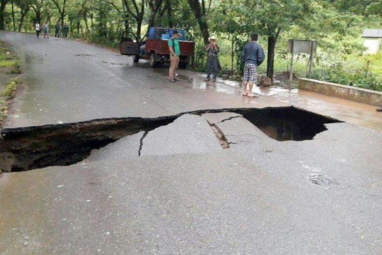 La carretera hacia Playa Dorada, en Los Amates, Izabal, colapsó por la lluvia. (Foto Prensa Libre: Dony Stewart)