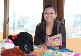 La emprendedora Julia Roldán de Voncannon transmite su conocimiento a mujeres que desean aprender a tejer. (Foto Prensa Libre: N. Gándara)