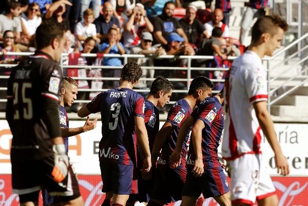 Los jugadores del Eibar festejan ante el Rayo. (Foto Prensa Libre: EFE)