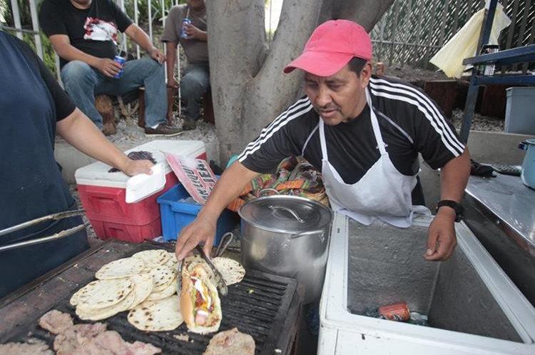 En la 25 avenida de la Calzada Roosevelt usted podrá encontrar una venta de tortillas y panes con variedad de ingredientes. (Foto Prensa Libre: Carlos Hernández).