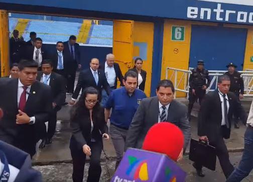 Presidente Jimmy Morales sale del estadio Doroteo Guamuch Flores sin dar declaraciones a la Prensa.