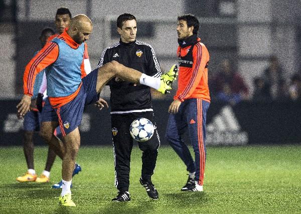 Neville dirige su primera práctica con el Valencia. (Foto Prensa Libre: EFE)