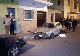 PNC resguarda la escena del crimen, a la espera del MP. (Foto Prensa Libre: Guatevisión)