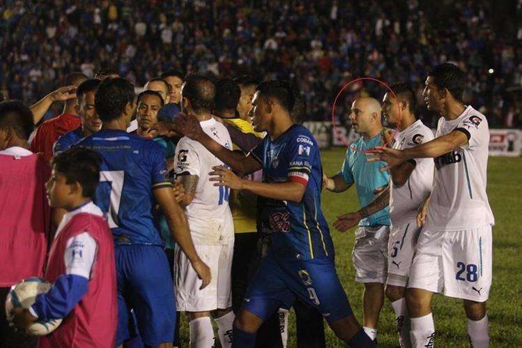 Momento del percance de Andrés Lázaro, preparador físico de Comunicaciones, en el juego ante Cobán Imperial. (Foto Prensa Libre: Eduardo Sam)