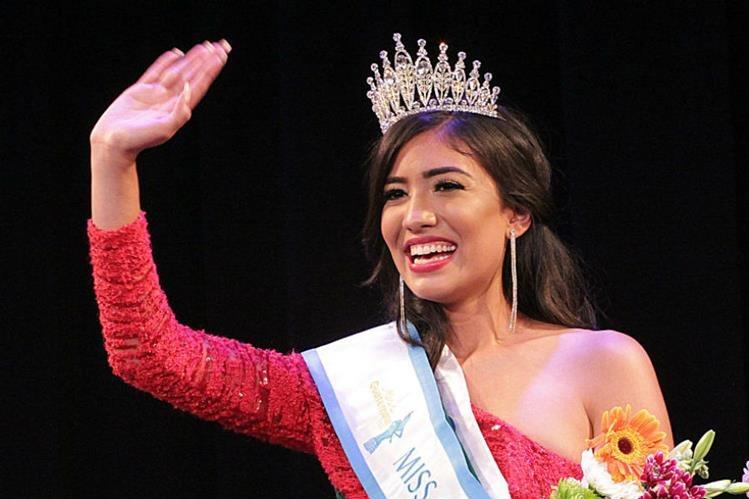 Daniela de León saluda al público por primera vez como Miss Guatemala USA 2017-2018. (Foto Prensa Libre: Mynor Gámez)