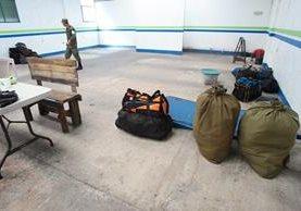 Soldados abandonan el destacamento de la zona 4 de Mixco. (Foto Prensa Libre: Hemeroteca PL)