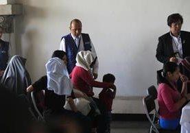 Personas aguardan en la oficina de migración para registrar su ingreso al país. (Foto Prensa Libre: Hemeroteca PL)