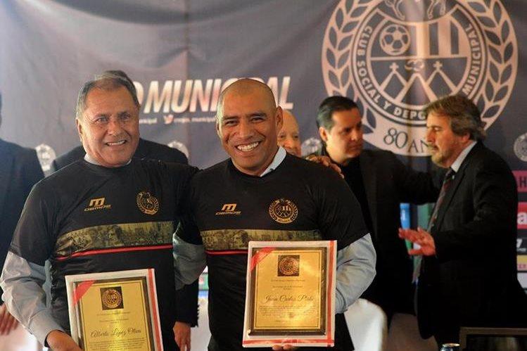Alberto López Oliva y Juan Carlos Plata fueron incluídos en el salón de la fama de Municipal (Foto Prensa Libre: Edwin Fajardo)