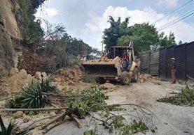 Derrumbe en el kilómetro 11.5 obstaculiza el paso de Boca del Monte a la capital. (Foto Prensa Libre: Edwin Pitán)