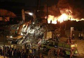 El incendio se reactivó en la recicladora Ecoplast, S. A., ubicada en la colonia Landívar zona 7. (Foto Prensa Libre: Carlos Hernández Ovalle)