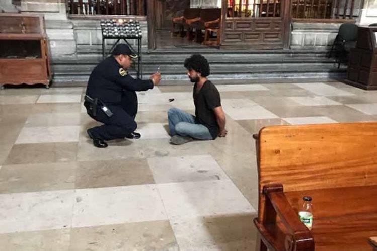 Agentes policiales de la Ciudad de México capturan a presunto atacante de un cura en la Catedral Metropolitana. (Foto Prensa Libre: Twitter)